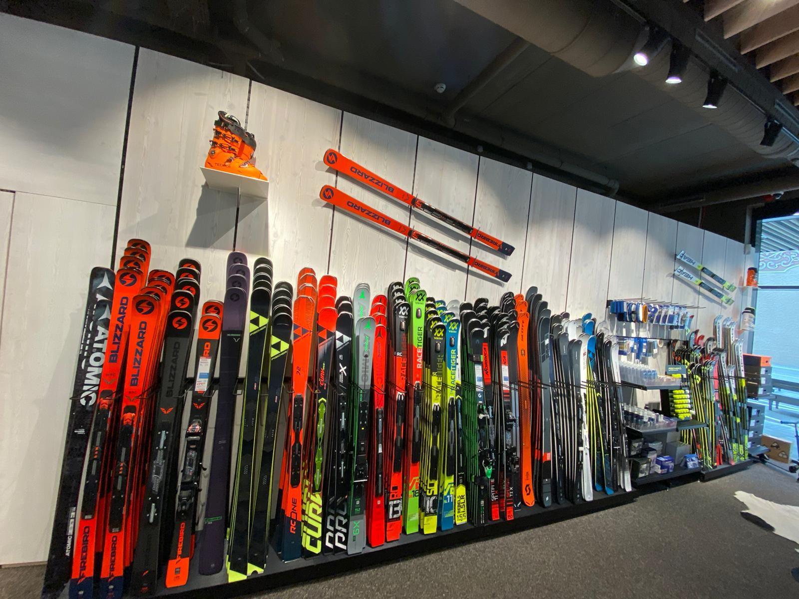 große Auswahl an Ski Ausrüstung